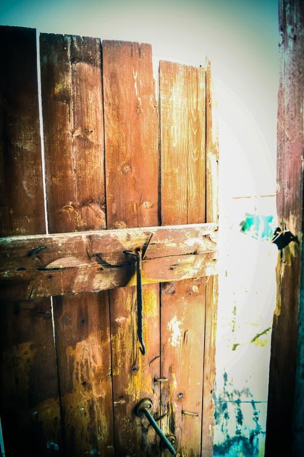 Puerta y cierre de madera viejos fotos de archivo