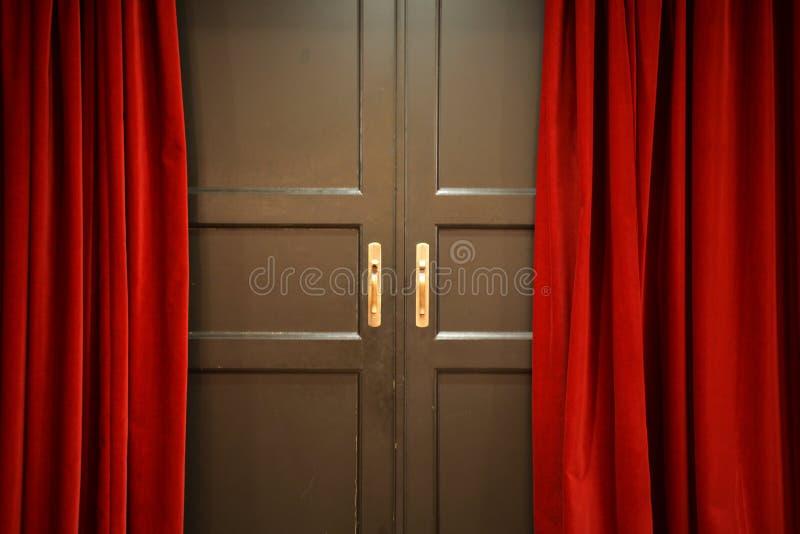 Puerta y cortinas rojas imagen de archivo libre de regalías