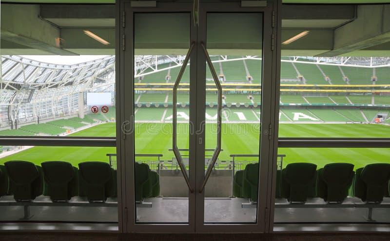 Puerta y filas de asientos en estadio fotografía de archivo libre de regalías