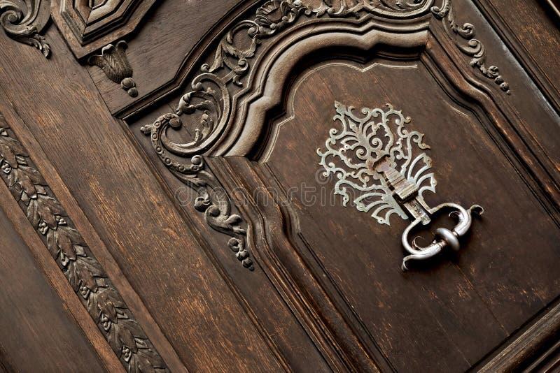 Puerta y golpeador imágenes de archivo libres de regalías