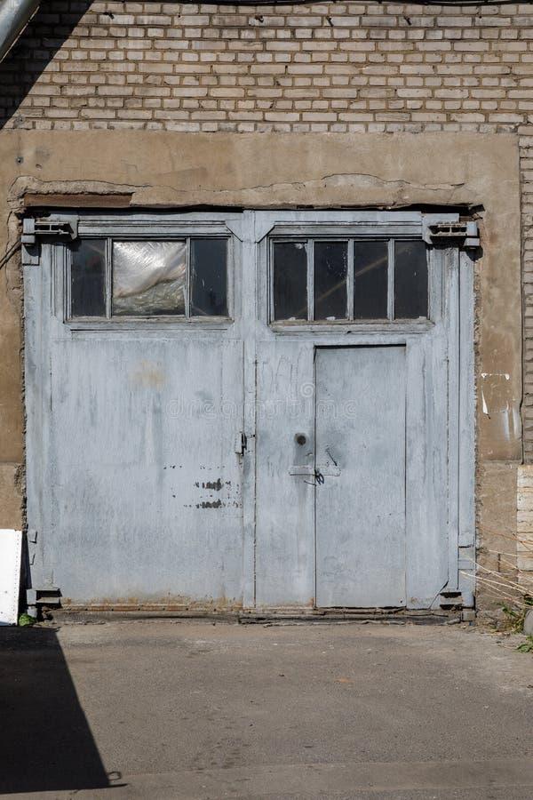 Puerta y pared de ladrillo de madera grandes fotografía de archivo libre de regalías