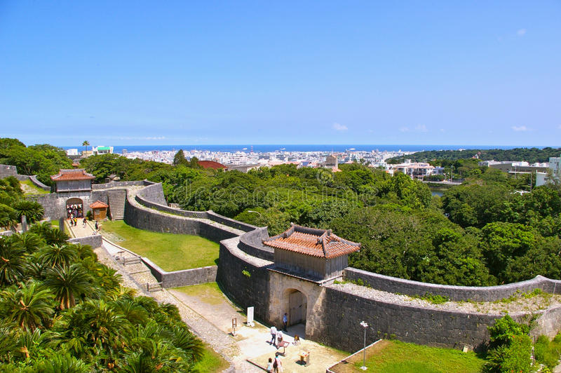 Puerta y paredes del castillo de Shuri imagen de archivo libre de regalías