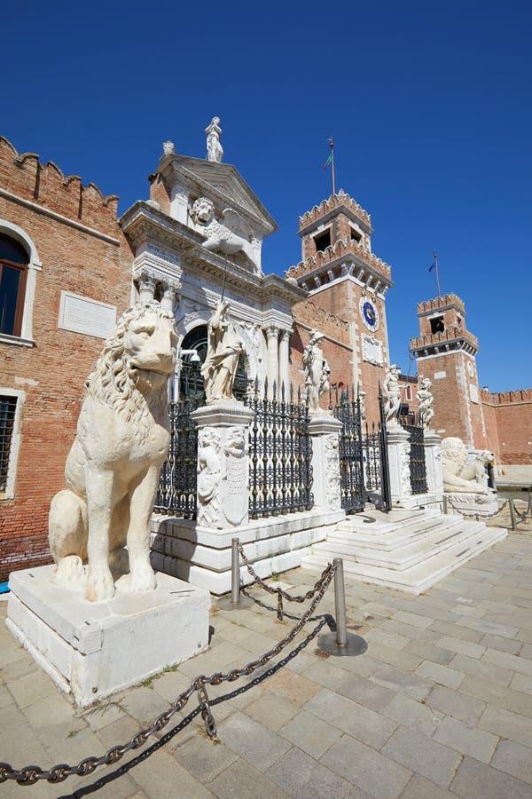 Puerta y paredes venecianas del arsenal con las estatuas en Venecia, Italia fotografía de archivo
