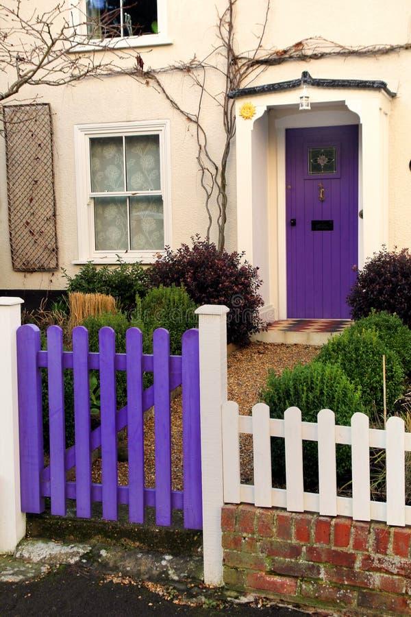 Puerta y puerta principal púrpuras en una casa inglesa georgiana vieja fotos de archivo libres de regalías