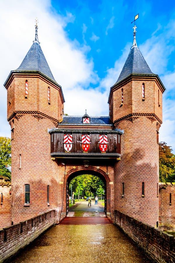 Puerta y puente sobre la fosa de Castle De Haar, una reconstrucción del siglo XIV del castillo en los fin del siglo XIX fotografía de archivo
