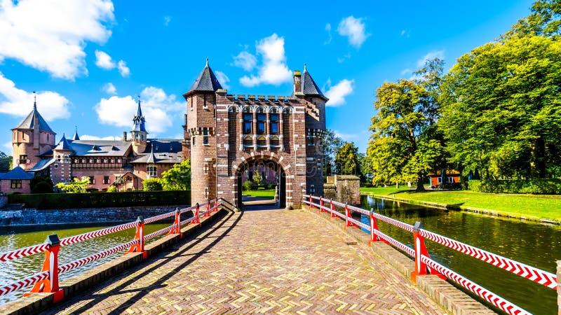 Puerta y puente sobre la fosa de Castle De Haar, una reconstrucción del siglo XIV del castillo en los fin del siglo XIX foto de archivo