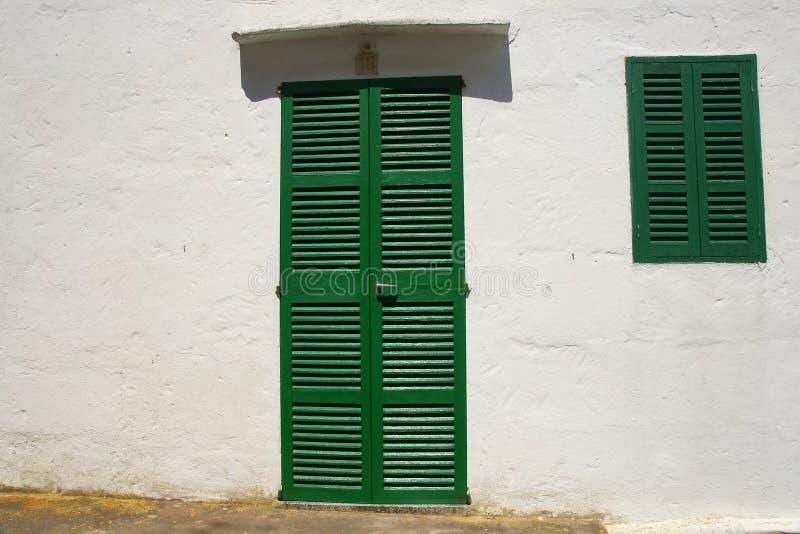 Puerta y ventana shuttered verde fotos de archivo libres de regalías