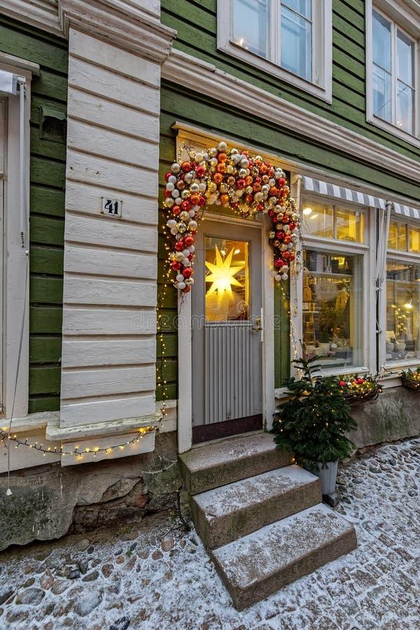 Puerta y ventanas festivas de la tienda de la Navidad en Porvoo, Finlandia imágenes de archivo libres de regalías