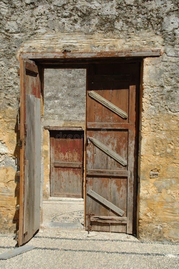 Puertas abiertas y cerradas fotos de archivo