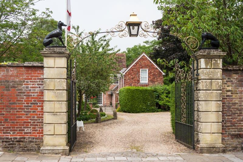 Puertas adornadas a la casa de Malmesbury Salisbury, Wilshire, Inglaterra imágenes de archivo libres de regalías