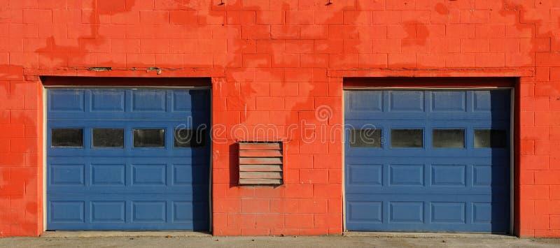 Puertas anaranjadas y azules del garage foto de archivo