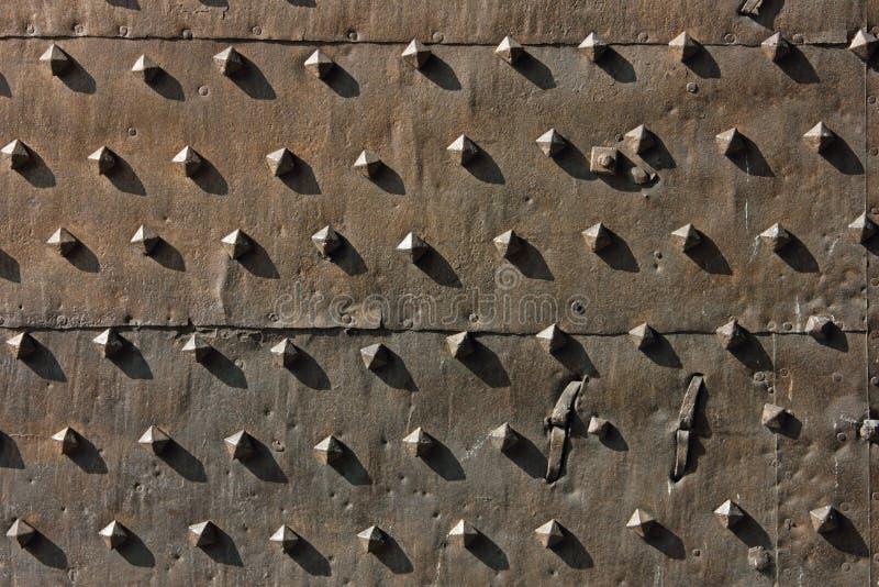 Puertas antiguas del fortalecimiento del metal foto de archivo