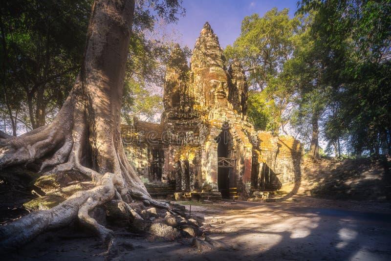 Puertas antiguas del templo de Bayon en el complejo de Angkor imagen de archivo