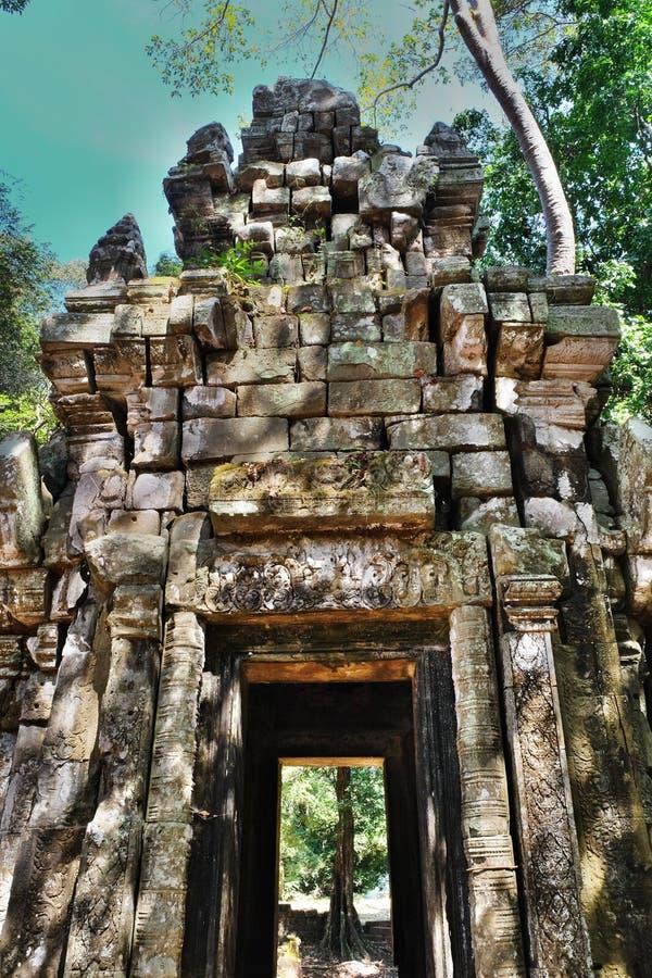 Puertas antiguas maravillosamente adornadas de las tallas de la piedra Edificio dilapidado antiguo foto de archivo