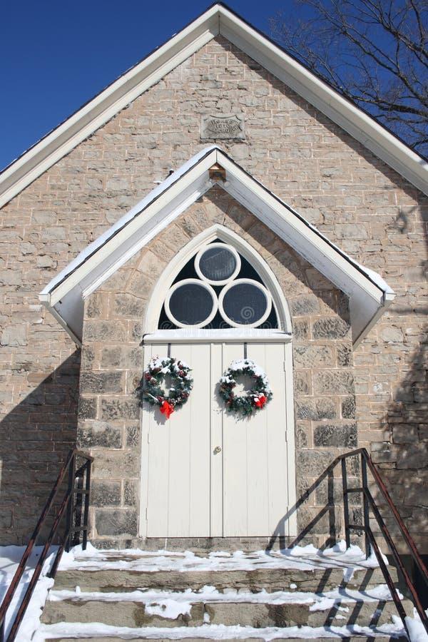 Puertas arqueadas de la iglesia durante invierno imagenes de archivo