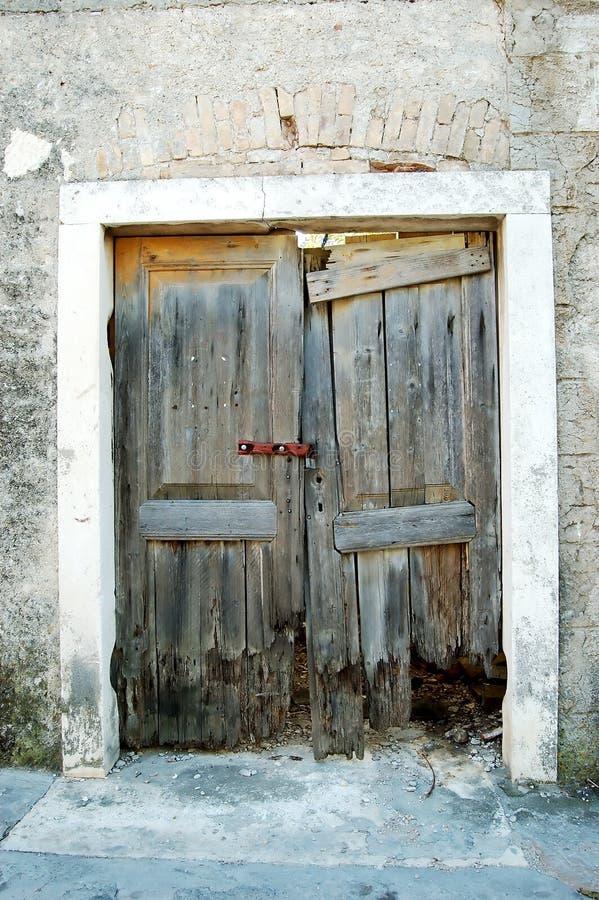 Puertas arruinadas viejas foto de archivo