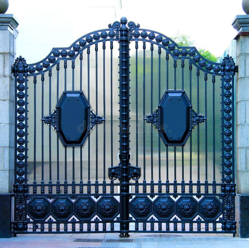 Puertas automáticas clásicas decorativas azules hermosas del metal Puertas del hierro labrado hechas del metal echado Decoración  imagen de archivo libre de regalías