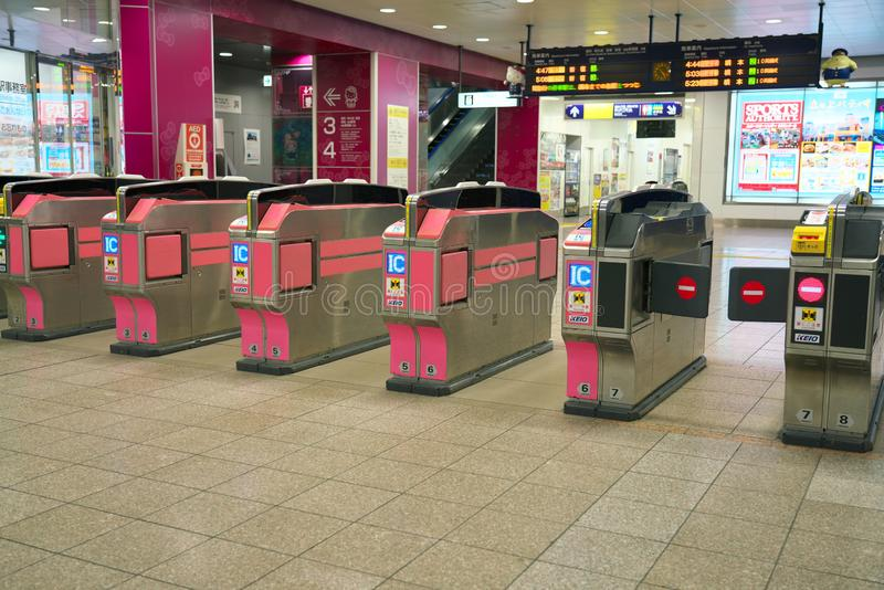 Puertas automáticas del boleto en la estación ferroviaria del centro de KEIO Tama fotografía de archivo libre de regalías