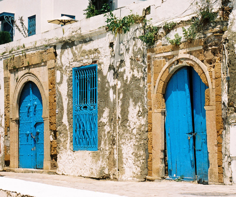 Puertas azules en Túnez foto de archivo