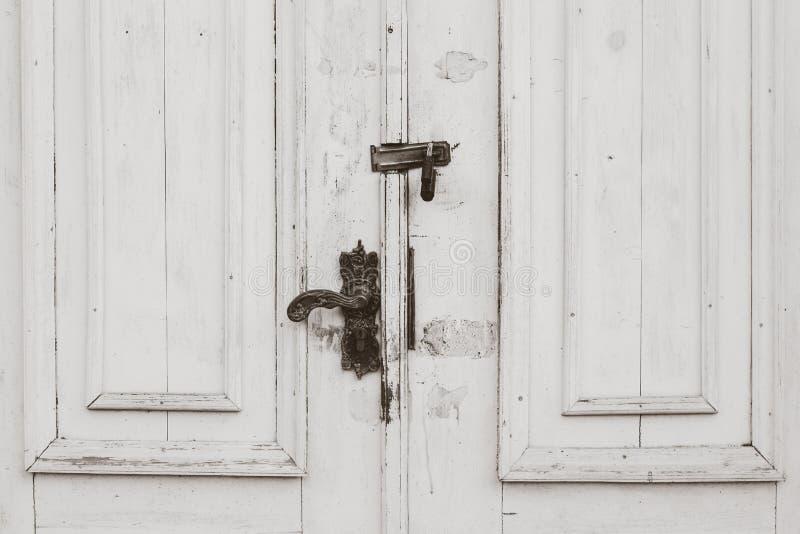 Puertas blancas apenadas viejas imagen de archivo