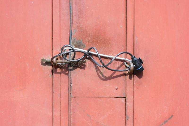 Puertas bloqueadas del garaje de la puerta del metal fotos de archivo