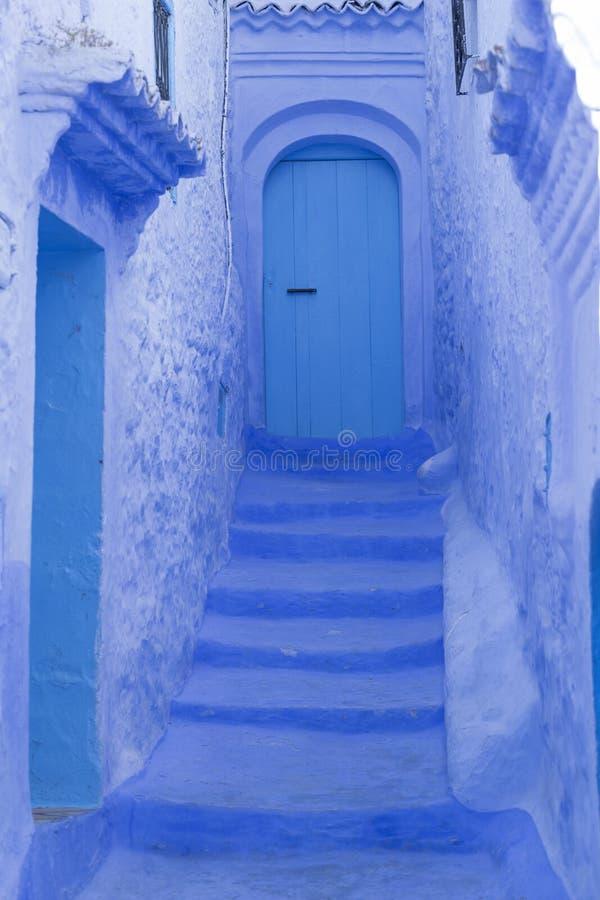 Puertas, calles, potes, colores azules en el pueblo marroquí de Che imagenes de archivo