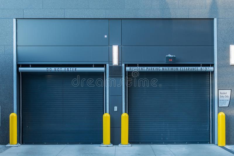 Puertas cerradas del parking imagen de archivo