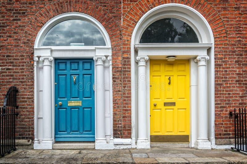Puertas clásicas azules y amarillas en el ejemplo de Dublín de la arquitectura típica georgiana de Dublín, Irlanda fotos de archivo