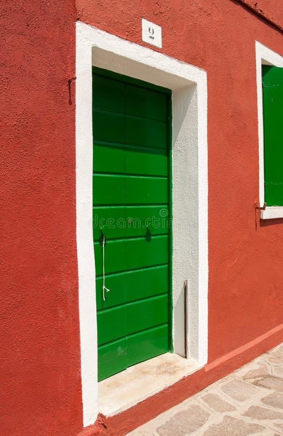 Puertas coloreadas típicas de la isla de Burano, Venecia, Italia fotos de archivo libres de regalías