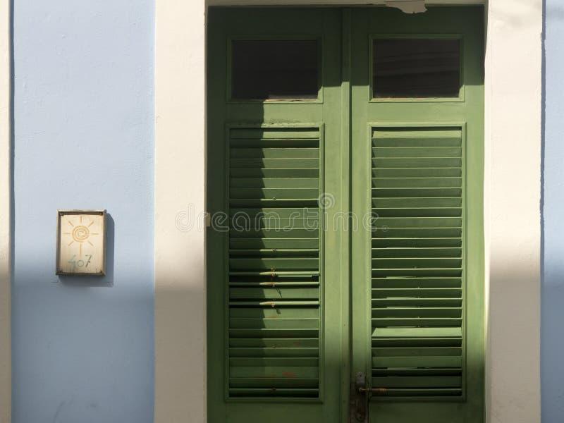 Puertas de balanceo verdes en San Juan viejo Puerto Rico fotos de archivo libres de regalías