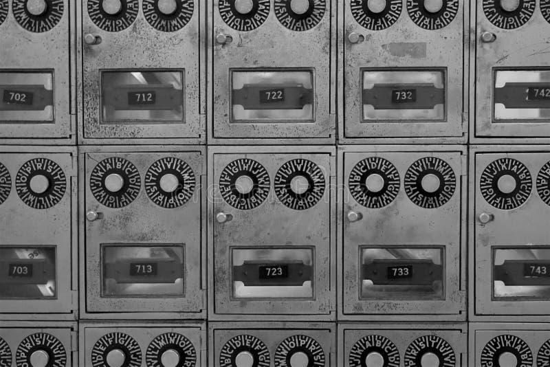 Puertas de buzón de latón blanco y negro con diales y ventanas fotografía de archivo libre de regalías