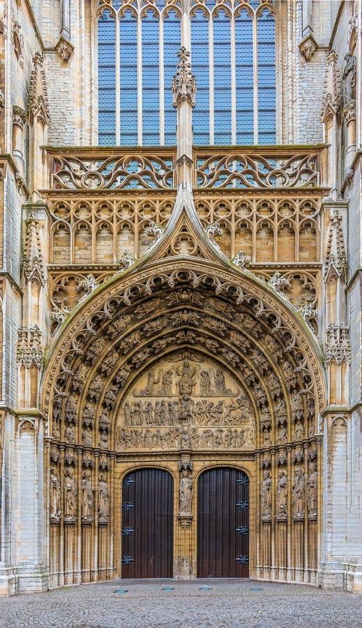 Puertas de entrada principal de la catedral de Antwerpen fotos de archivo libres de regalías