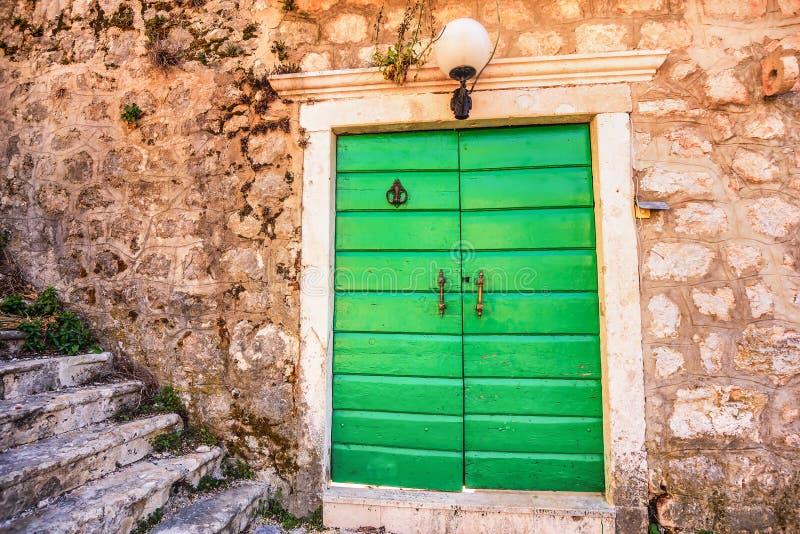 Puertas de entrada verdes de la iglesia de San Pedro y de Paul en Risan, foto de archivo libre de regalías