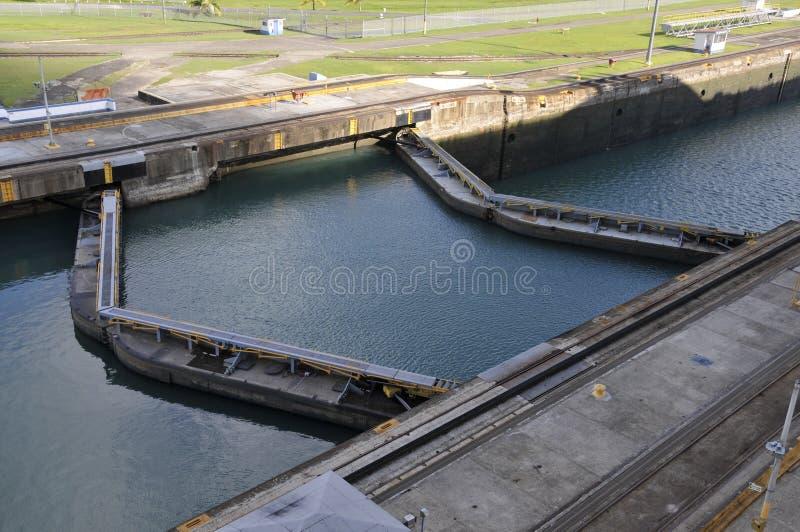 Puertas de esclusa del Canal de Panamá imagenes de archivo
