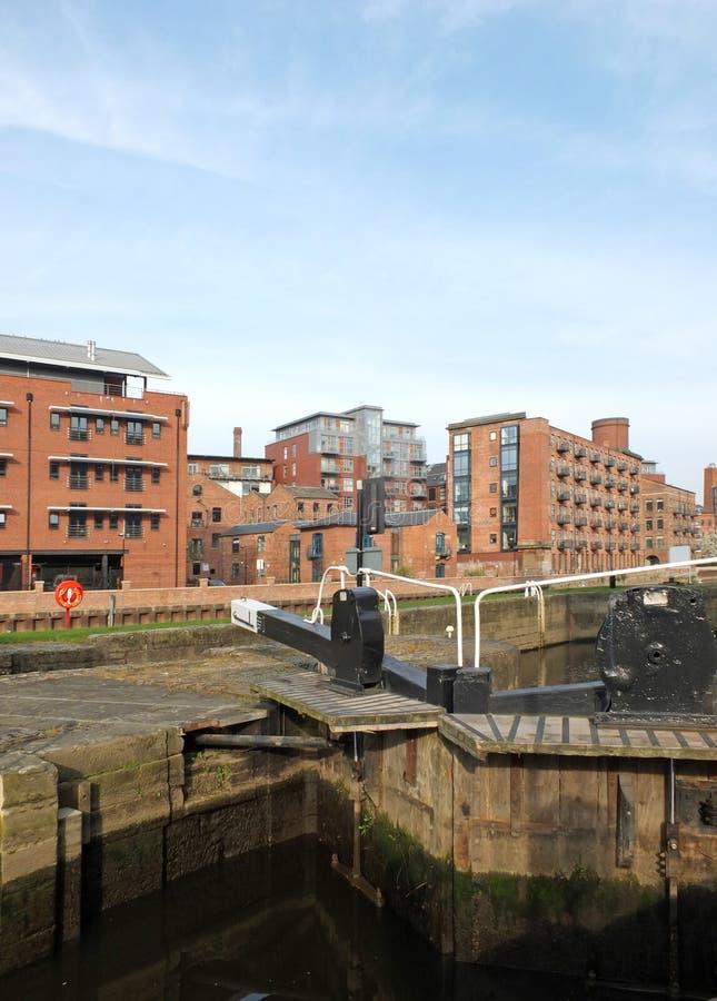 Puertas de esclusa de madera viejas en el canal en el centro de ciudad de Leeds rodeado por las construcciones de viviendas de la fotografía de archivo libre de regalías