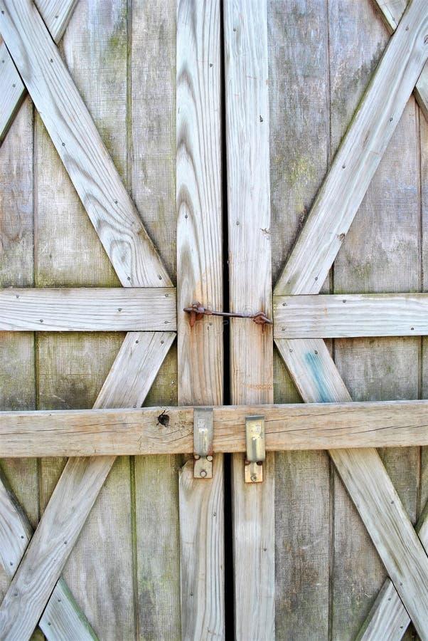 Puertas de granero cerradas fotos de archivo