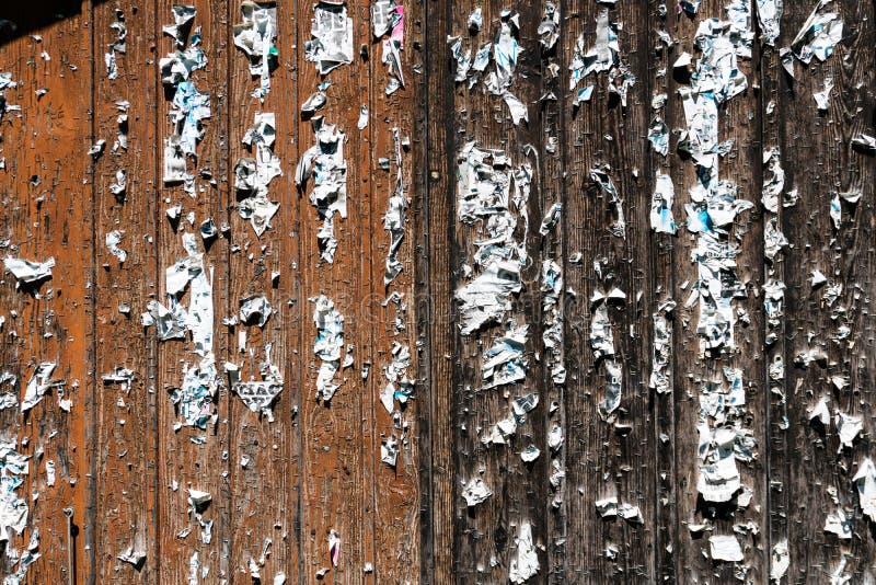 Puertas de granero de madera con las grapas y los restos apagado rasgados de carteles foto de archivo libre de regalías
