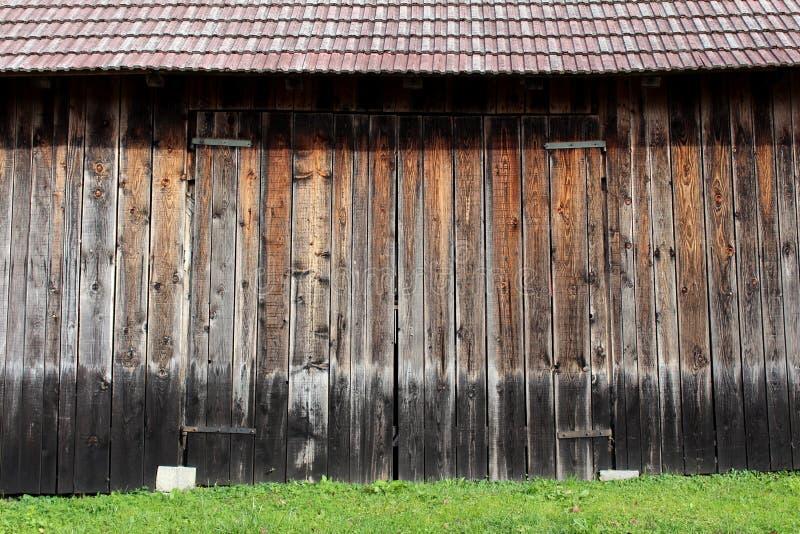 Puertas de granero de madera grandes con las bisagras del metal fotos de archivo libres de regalías