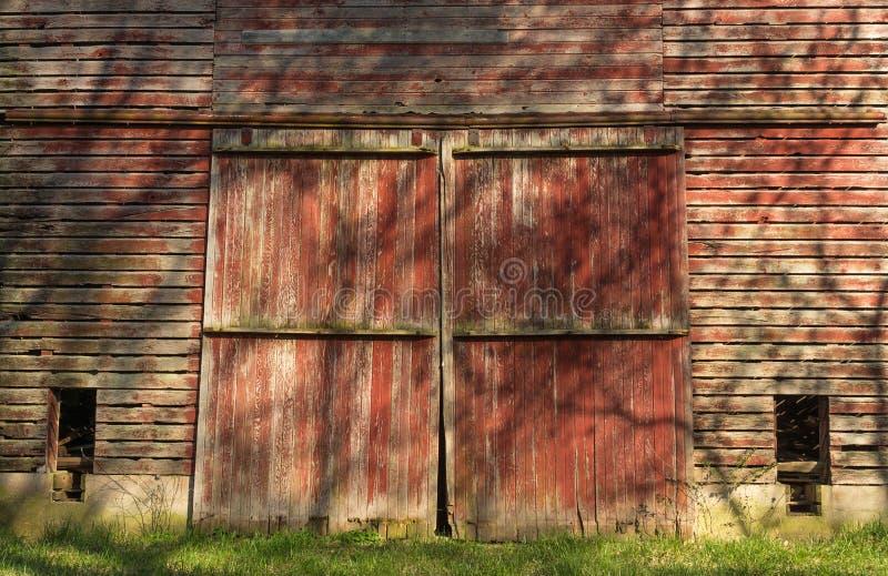 Puertas de granero rojas rústicas imagen de archivo libre de regalías