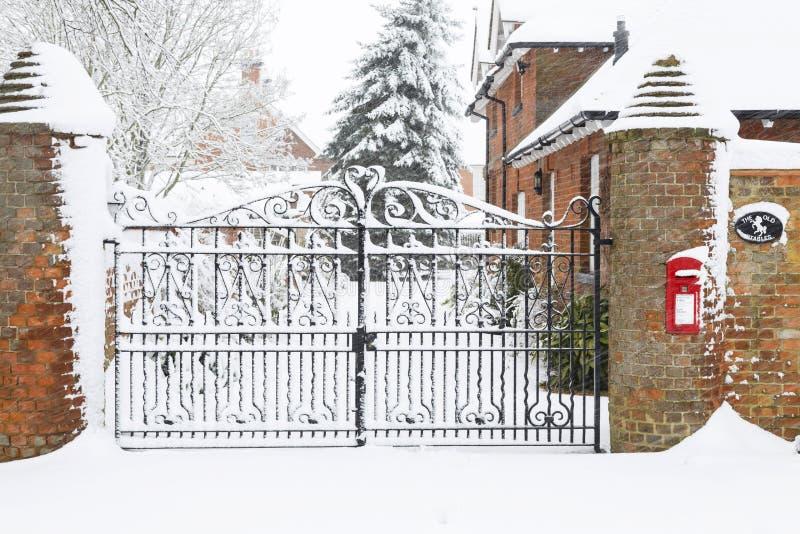 Puertas de la casa de la escena de la Navidad en nieve imagen de archivo libre de regalías