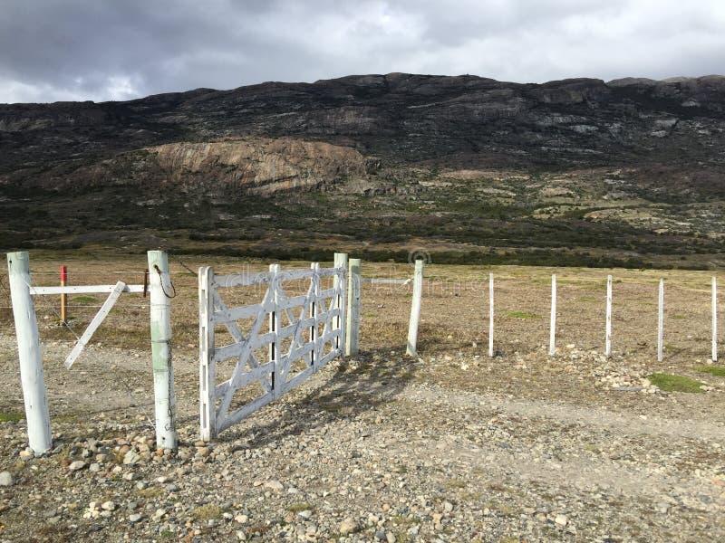 Puertas de la granja en praderas de la Patagonia imagenes de archivo