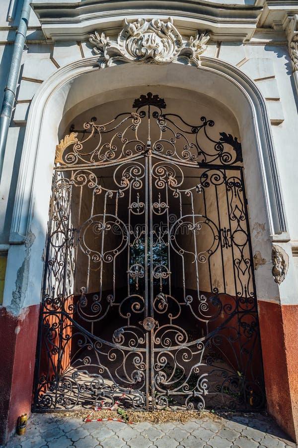 Puertas de la mansión con enrejado decorativo forjado de antaño fotografía de archivo
