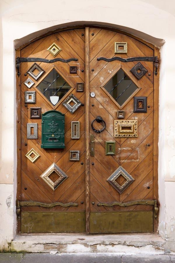 Puertas de la tienda adornadas con los marcos imagen de archivo libre de regalías