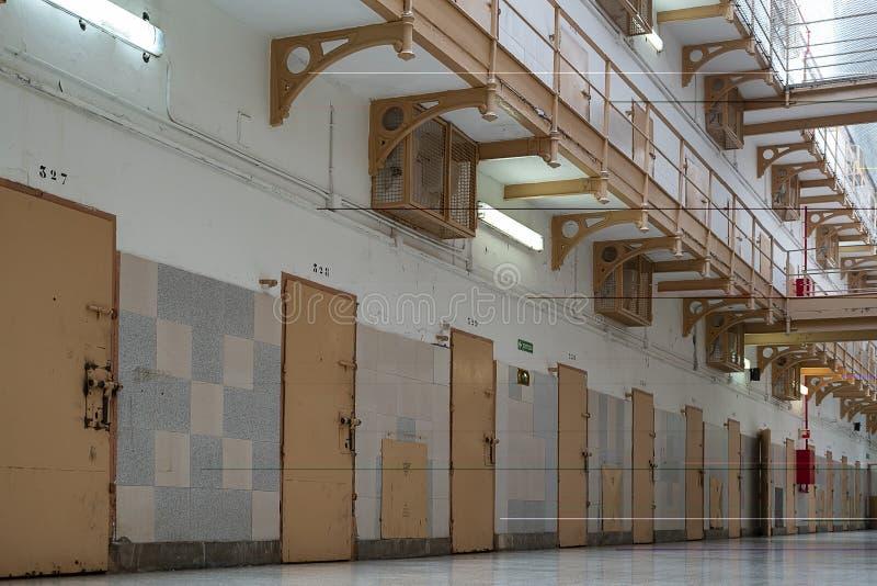 puertas de las celdas de prisión en el pasillo fotos de archivo libres de regalías