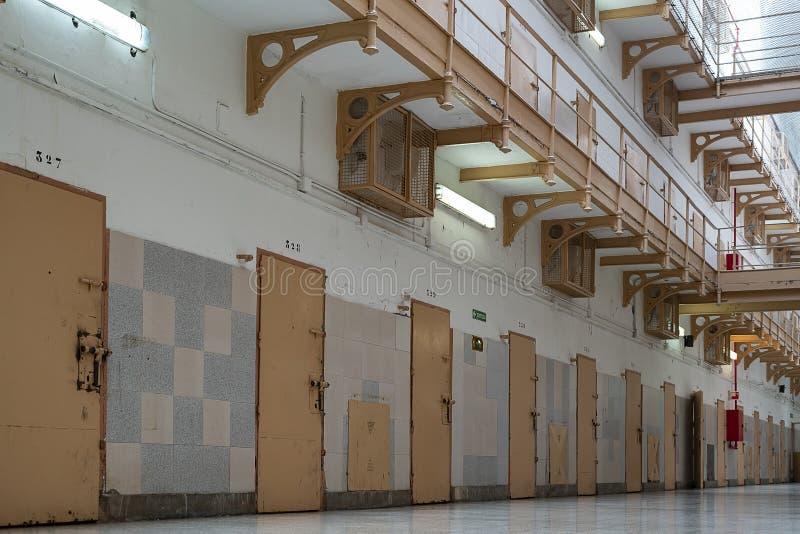 puertas de las celdas de prisión en el pasillo fotos de archivo