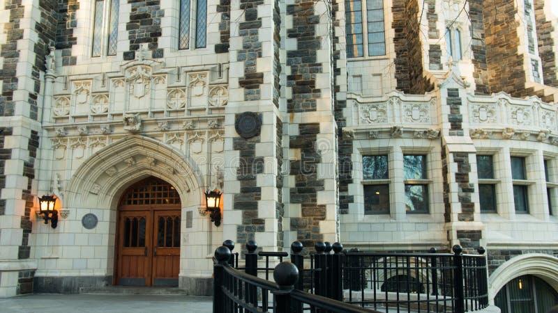 Puertas de madera bloqueadas diseñadas góticas de las luces de la entrada doble de la estructura de construcción fotografía de archivo libre de regalías