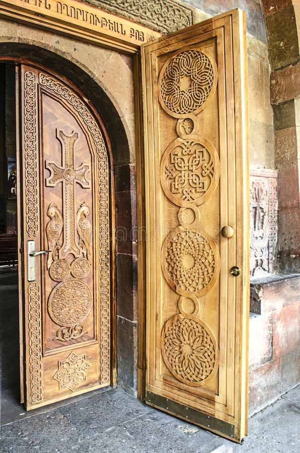 Puertas de madera de la entrada con la cruz en la iglesia fotografía de archivo libre de regalías