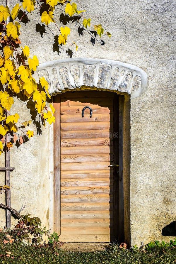 Puertas de madera del viejo vintage con la herradura en un edificio de piedra fotografía de archivo