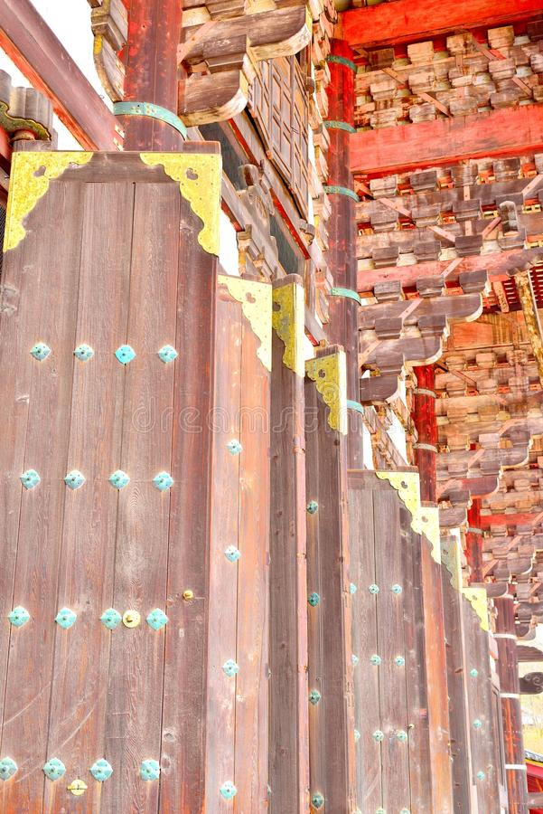 Puertas de madera grandes con las decoraciones de oro imagen de archivo libre de regalías