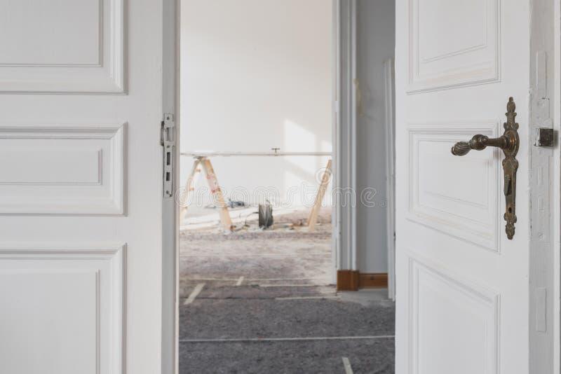 Puertas de madera hermosas en plano durante la renovación/la restauración imagenes de archivo